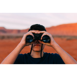フリー写真, 人物, 男性, 外国人男性, 双眼鏡, 覗く, 眺める