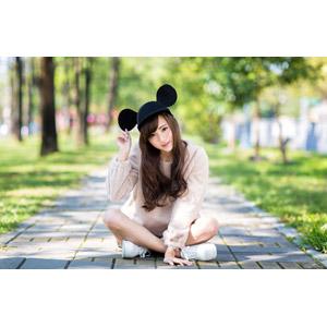 フリー写真, 人物, 女性, アジア人女性, 女性(00160), 中国人, ミッキー帽子, 座る(地面), あぐらをかく