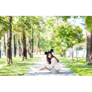 フリー写真, 人物, 女性, アジア人女性, 女性(00160), 中国人, ミッキー帽子, 座る(地面)