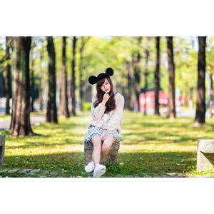 フリー写真, 人物, 女性, アジア人女性, 女性(00160), 中国人, ミッキー帽子, 座る(ベンチ), 顎に指を当てる
