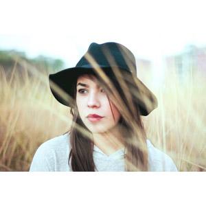 フリー写真, 人物, 女性, 外国人女性, 草むら, 枯れ草, 帽子
