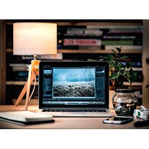 フリー写真, 家電機器, パソコン(PC), ノートパソコン, 電気スタンド, 書斎