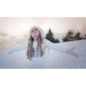 フリー写真, 人物, 子供, 女の子, 外国の女の子, 女の子(00034), 手を広げる, 歓喜, 喜ぶ(嬉しい), 雪, 冬, ロシア帽, ミトン