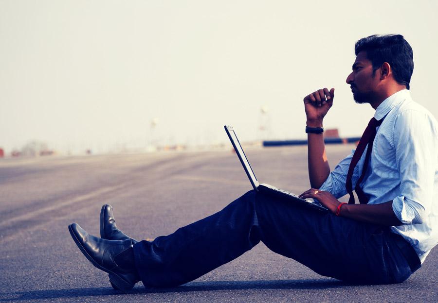 フリー写真 どんな場所でも仕事するビジネスマン