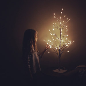 フリー写真, 人物, 子供, 女の子, 外国の女の子, アメリカ人, 照明器具, 電気スタンド, 光(ライト)