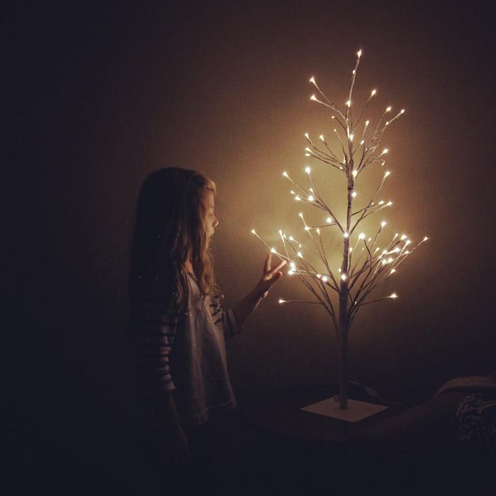 フリー写真 木のライトと外国の女の子