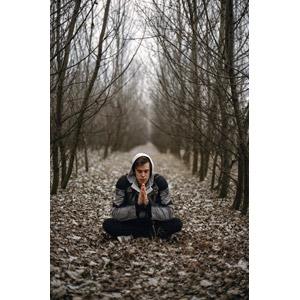 フリー写真, 人物, 男性, 外国人男性, 座る(地面), あぐらをかく, 手を合わす, 祈る(祈り), 目を閉じる, 瞑想, 坐禅(座禅)