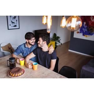 フリー写真, 人物, 男性, カップル, ブラジル人, 同性愛, 肩を組む, 座る(椅子), 二人, 食卓(テーブル), ティータイム, 食べ物(食料), 菓子, 洋菓子, プリン