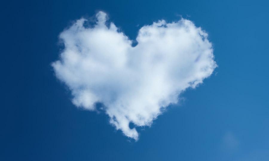 フリー写真 青空に浮かぶハート型の雲
