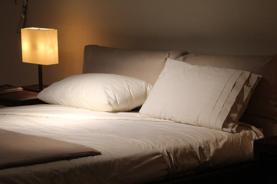 フリー写真 ダブルベッドのある寝室風景