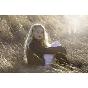 フリー写真, 人物, 子供, 女の子, 外国の女の子, 女の子(00106), 座る(地面), 膝を抱える, 枯れ草