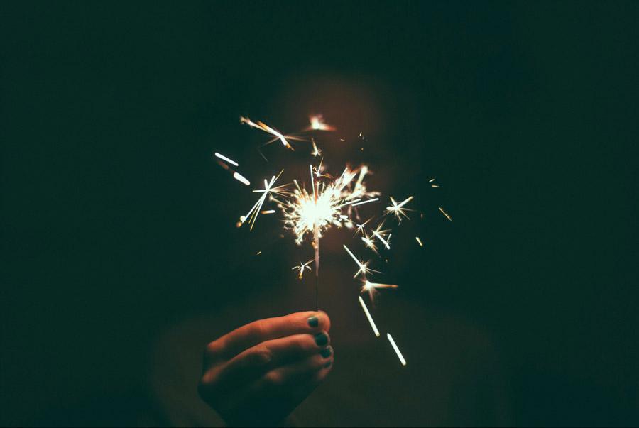 フリー写真 火花が飛ぶ線香花火