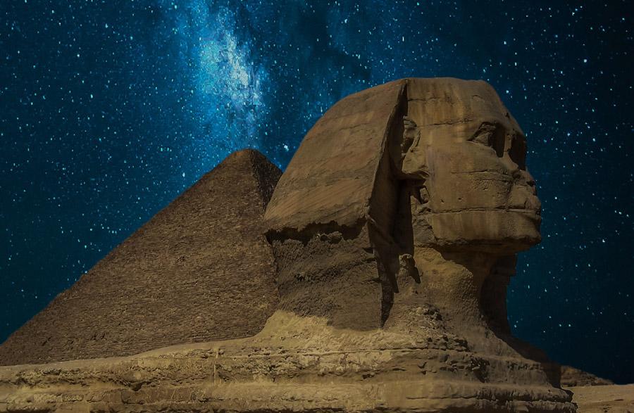 フリー写真 天の川の下のピラミッドとスフィンクス