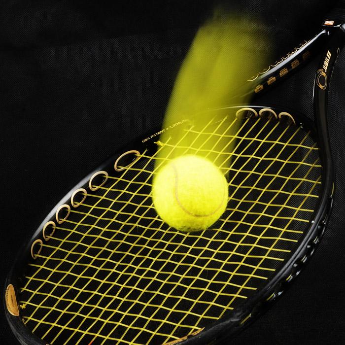 フリー写真 テニスラケットの上に落ちるボール