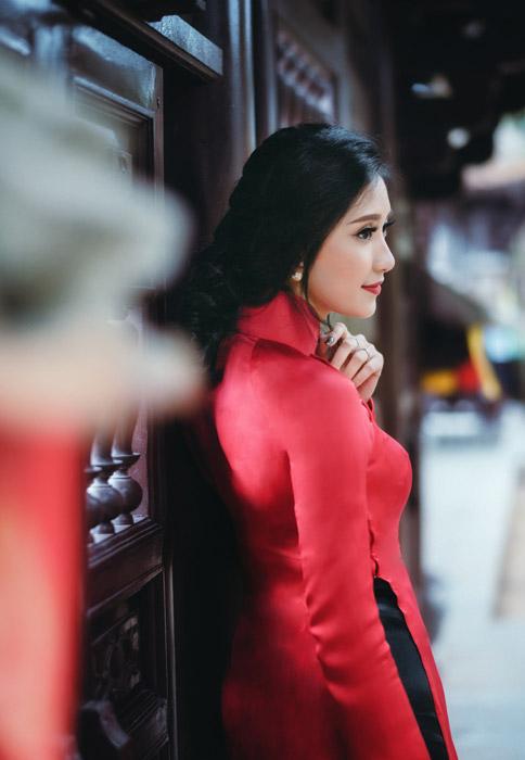 フリー写真 アオザイを着て横を向いているベトナム人女性