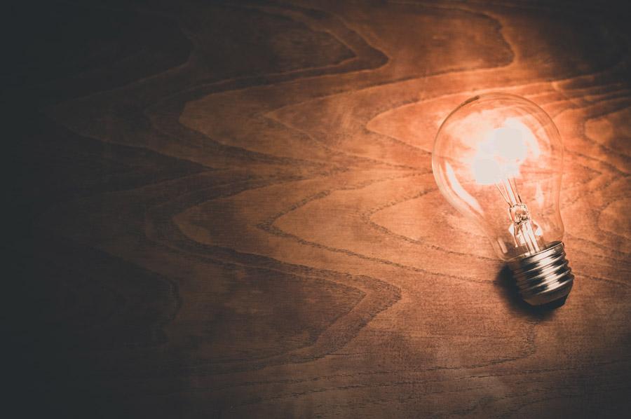 フリー写真 灯りの点いた白熱電球
