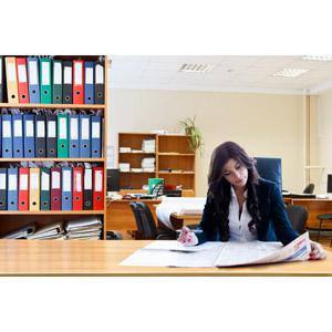 フリー写真, 人物, 女性, 外国人女性, ビジネス, ビジネスウーマン, 仕事, 職業, オフィス, 書類ファイル, 新聞, 座る(椅子)