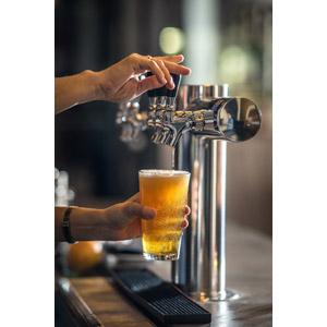 フリー写真, 人体, 手, 飲み物(飲料), お酒, ビール, ビールグラス, ビールサーバー, 飲食店