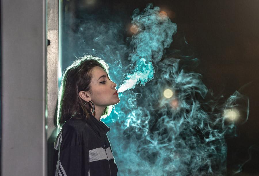 フリー写真 煙草の煙を吹かす外国人女性
