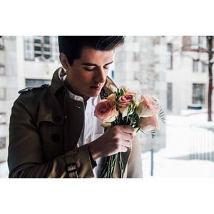 フリー写真, 人物, 男性, 外国人男性, 人と花, 花束, 薔薇(バラ), 花, 匂いを嗅ぐ, トレンチコート