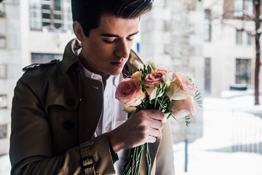 フリー写真 バラの花束を持つ外国人男性