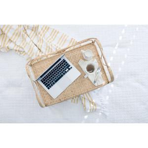 フリー写真, 家電機器, パソコン(PC), ノートパソコン, 飲み物(飲料), 紅茶, 牛乳(ミルク)