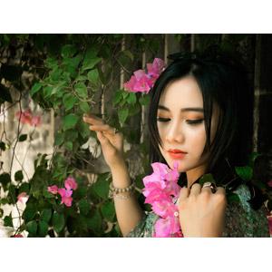 フリー写真, 人物, 女性, アジア人女性, 人と花, 女性(00169), ピンク色の花