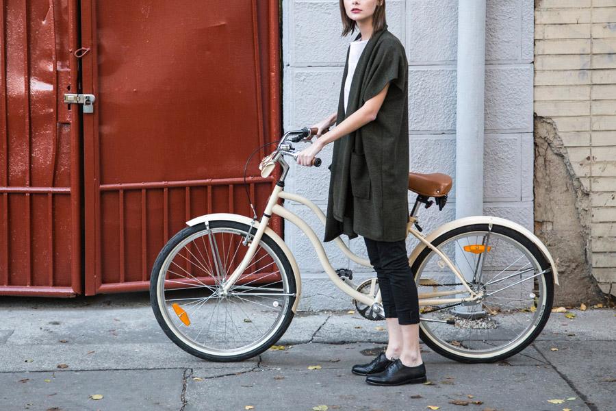 フリー写真 自転車と外国人女性