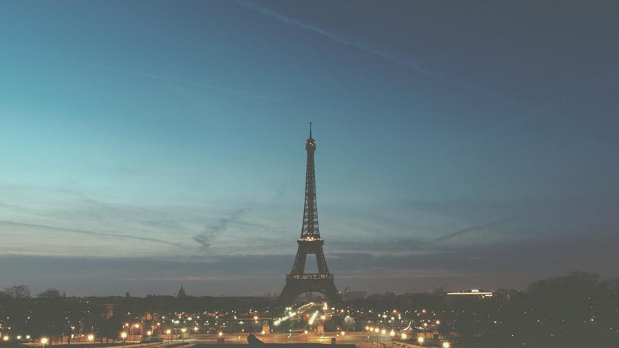 フリー写真 日暮れのエッフェル塔とパリの街並み