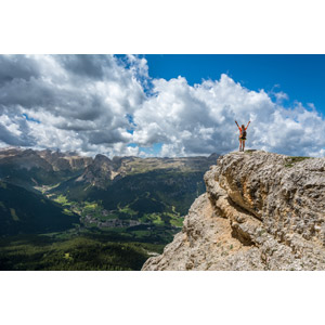 フリー写真, 風景, 山, 村, 人と風景, 後ろ姿, 万歳(バンザイ), 歓喜, 手を上げる, イタリアの風景