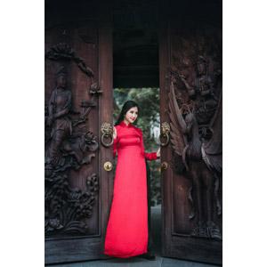 フリー写真, 人物, 女性, アジア人女性, 女性(00168), ベトナム人, アオザイ, 寺院, お寺(仏閣), 門(ゲート)