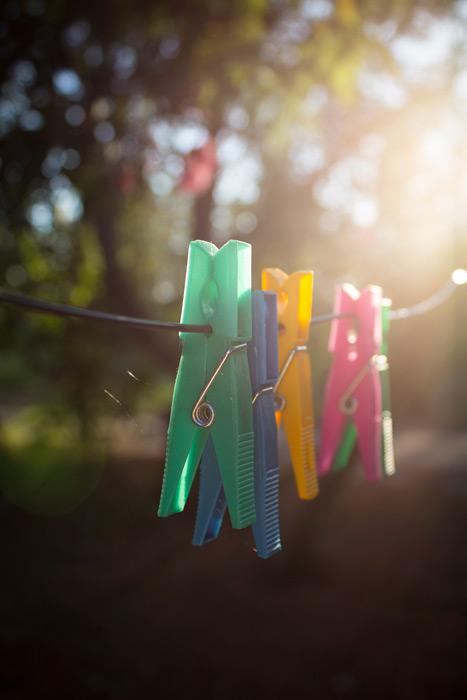 フリー写真 太陽の光と洗濯ばさみ