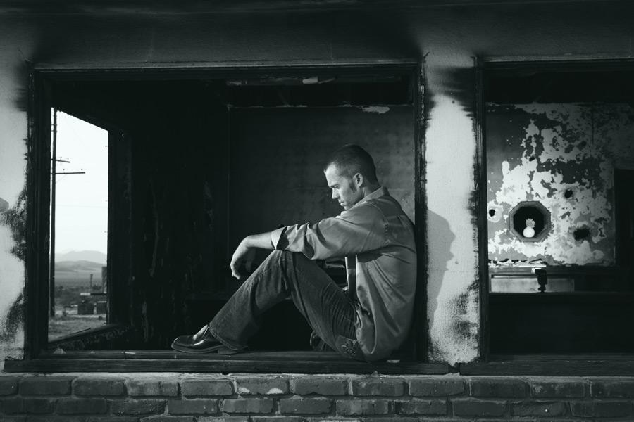フリー写真 廃墟と失意の外国人男性のポートレイト