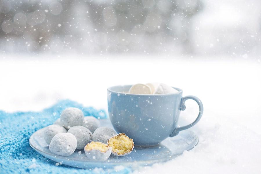 フリー写真 雪とマシュマロの入ったカップと玉ドーナツ