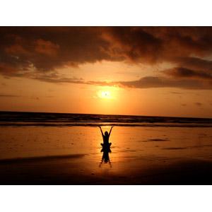 フリー写真, 人と風景, ビーチ(砂浜), 夕暮れ(夕方), 夕焼け, 夕日, 座る(地面), シルエット(人物), 後ろ姿, 手を上げる, ヨガ
