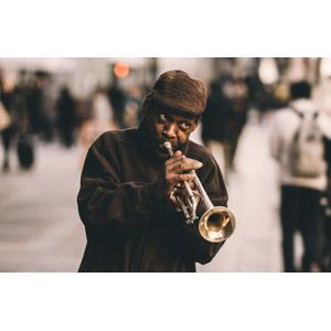 フリー写真, 人物, 中年男性, 黒人男性, 音楽, 演奏する, 楽器, 金管楽器, トランペット, ハンチング帽