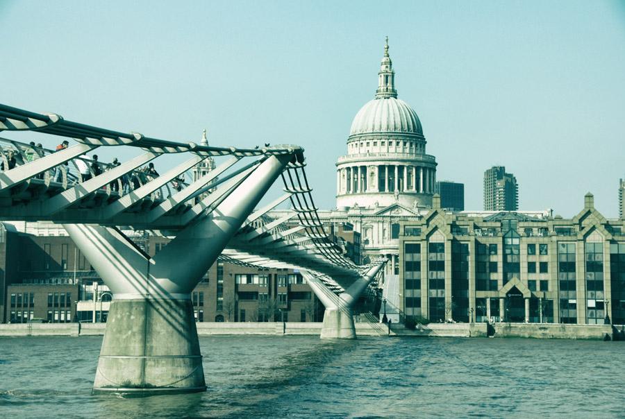 フリー写真 ミレニアム・ブリッジとセント・ポール大聖堂
