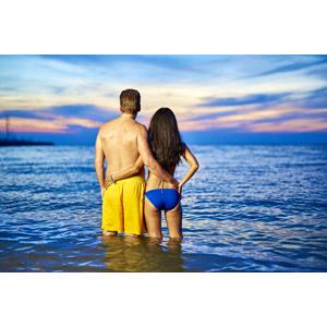 フリー写真, 人物, カップル, 恋人, 二人, 後ろ姿, 水着, 海水浴, 人と風景, 海, 寄り添う, 夕暮れ(夕方)