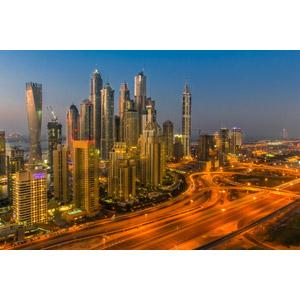 フリー写真, 風景, 建造物, 建築物, 高層ビル, 都市, 街並み(町並み), 高速道路, 日暮れ, ドバイ, アラブ首長国連邦の風景
