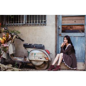 フリー写真, 人物, 女性, アジア人女性, Neo Li(00040), ワンピース, スクーター, 顎に指を当てる