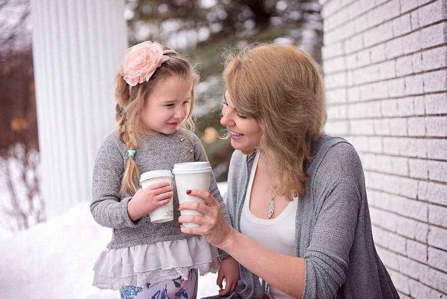 フリー写真 コーヒーで乾杯する母親と娘