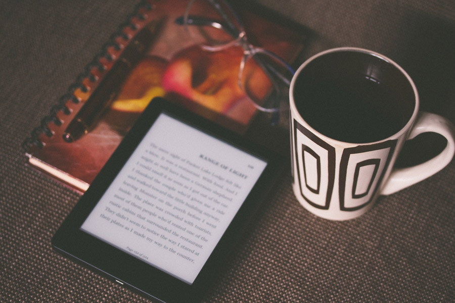 フリー写真 電子書籍端末とコーヒーと日記帳