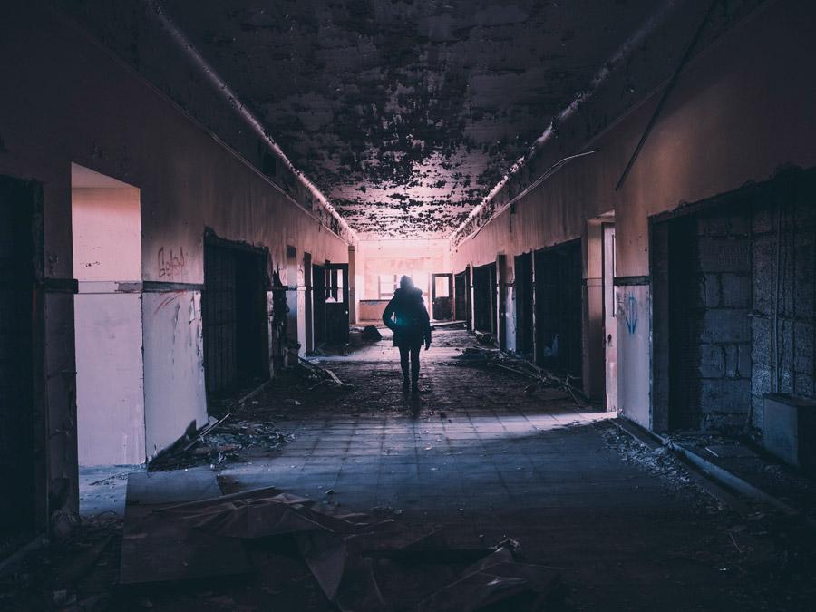 フリー写真 廃墟に立つ人物