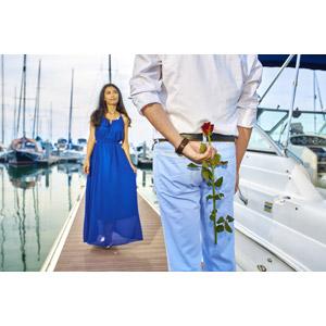 フリー写真, 人物, カップル, 恋人, 夫婦, プレゼント, 人と花, 二人, 隠す, ヨットハーバー(マリーナ), 後ろ姿