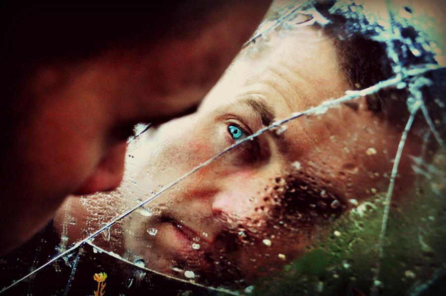 フリー写真 割れた鏡を覗く外国人男性