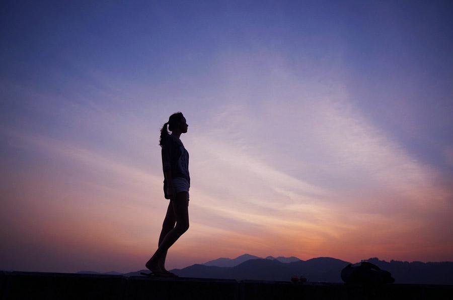 フリー写真 夕空と女性のシルエット