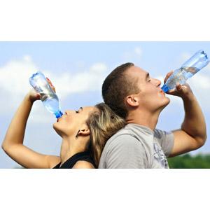 フリー写真, 人物, カップル, 恋人, 飲む, 二人, 飲み物(飲料), 水分補給, 飲料水, ペットボトル