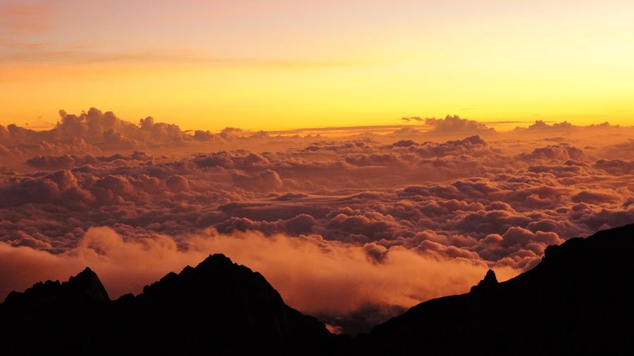 フリー写真 キナバル山から見る雲海と夕焼け