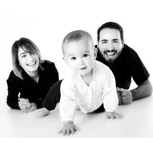 フリー写真, 人物, 家族, 親子, 父親(お父さん), 母親(お母さん), 子供, 赤ちゃん, 三人, 応援する, モノクロ