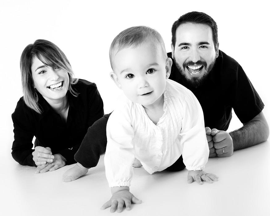 フリー写真 立とうする赤ちゃんと応援する父と母